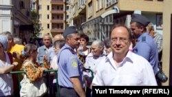 Sungat boýunça ekspert Andreý Ýerofeýew Moskwanyň Taganskiý raýon sudunyň ýanynda, 12-nji iýul.