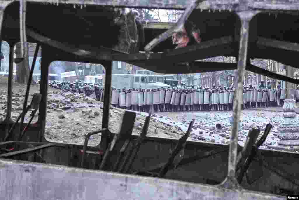 """В результате столкновений сгорело 4 автобуса украинского милицейского спецназа """"Беркут"""" и 2 военных грузовика """"Урал"""""""