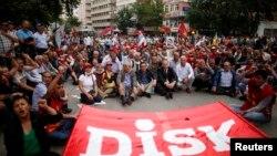 Члени Конфедерації революційних профспілок протестують у центрі Анкари, 17 червня 2013 року