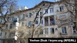 Архитектурная целостность фасада дома №17 утеряна в результате переделок лоджий