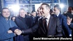Грузия экс-премьері миллиардер Бидзина Иванишвили сайлау аяқталғаннан кейін президенттікке кандидат Саломе Зурабишвилидің штабы маңында жақтастарын құттықтап тұр. Тбилиси, 28 қараша 2018 жыл.