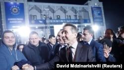 Экс-премьер Грузии Бидзина Иванишвили приветствует сторонников кандидата Саломе Зурабишвили, которую поддержала его партия«Грузинская мечта». Тбилиси, 28 ноября 2018 года.