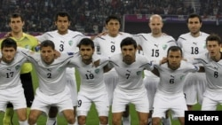 Quatar - The Uzbekistan team poses for a photo before their 2011 Asian Cup quarter-final soccer match against Jordan at Khalifa stadium in Doha, 21Jan2011