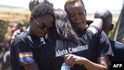 Membri ai comunității LGBT din Uganda la înmormîntarea unui activist al mișcării ucis în 2011