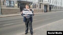 Руслан Зинатуллин во время одиночного пикета. Этот плакат активисты смогли распечатать с третьей попытки.
