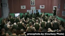 Гран-прі «Прес-фото Білорусі-2011», автор Сергій Гудзілін: білоруські солдати під час обов'язкового примусового перегляду щоденної вечірньої програми новин державного телебачення