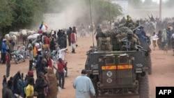 Mali - Njerëzit përshëndesin ushtarët francez, të cilët bashkë me ushtarët malian, hyjnë në qytetin historik Timbuktu (Ilustrim)