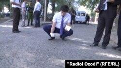 Душанбе әуежайы маңында шабуыл жасалған аймақта жұмыс істеп жатқан полицейлер. Тәжікстан, 4 қыркүйек 2015 жыл.