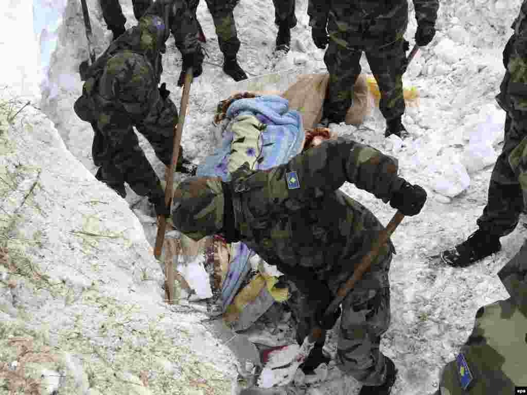 Spasilačke ekipe u Rastelici, 12.02.2012. Foto: EPA / Valdrin Xemaj