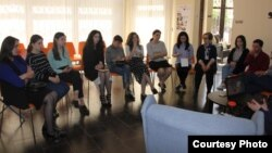 В рамках «Биографического салона» по пятницам проходят воркшопы. Гости салона слушают и обсуждают рассказы очевидцев трагических событий времен грузино-абхазской войны