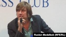 Эксперт по экономике, интернет-активист Денис Кривошеев выступает на пресс-конференции. Алматы, 6 октября 2014 года.