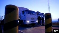 Грузовики российского гумконвоя пересекают границу в пункте пропуска Изварино, сентябрь 2014 года