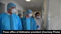 Аслан Бжания (слева) в Гудаутском ковид-госпитале, сентябрь