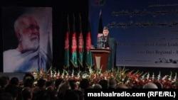 د افغانستان ولسمشر حامد کرزی په کابل کې د عبدالصمدخان اڅکزي د ۴۰ م تلین په مناسبت یوه سېمینار ته وینا کوي.