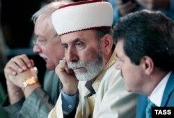 Кырым мөфтие Эмирали Аблаев (уртада)