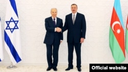 Azerbaijani President Ilham Aliyev (right) welcomes his Israeli counterpart, Shimon Peres, in Baku in June 2009.
