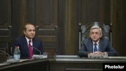 Президент Армении Серж Саргсян (справа) и новоназначенный премьер-министр Овик Абрамян на заседании правительства, Ереван, 14 апреля 2014 г.