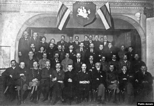 Удзельнікі Беларускай канфэрэнцыі ў Вільні. 25–27 студзеня 1918 году. Антон Луцкевіч сядзіць у першым шэрагу пяты справа