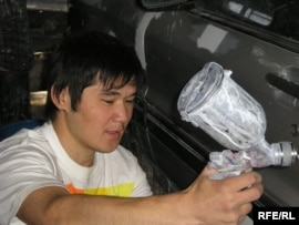 Алматыдағы автокөлік жөндеу орындарының біріндегі жас жұмысшы. Көрнекі сурет.