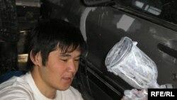 Молодой житель Алматы ремонтирует машину. (Иллюстративное фото.)