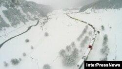 Самой сложной остается ситуация на Военно-Грузинской дороге. Высота снежного покрова в курортном местечке Гудаури достигает двух метров. Аналогичная ситуация и в Сванетии, куда местные жители и туристы не могут добраться третий день