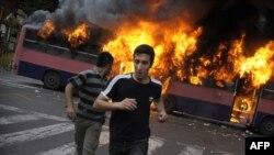 خیابانهای تهران پس از اعلام نتایج انتخابات به صحنه زد و خوردهای خیابانی تبدیل شد.