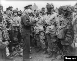 Генерал Дуайт Д. Эйзенхауэр с военным десантом США, 1944 год