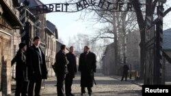 Дэвид Кэмерон на экскурсии в Освенциме