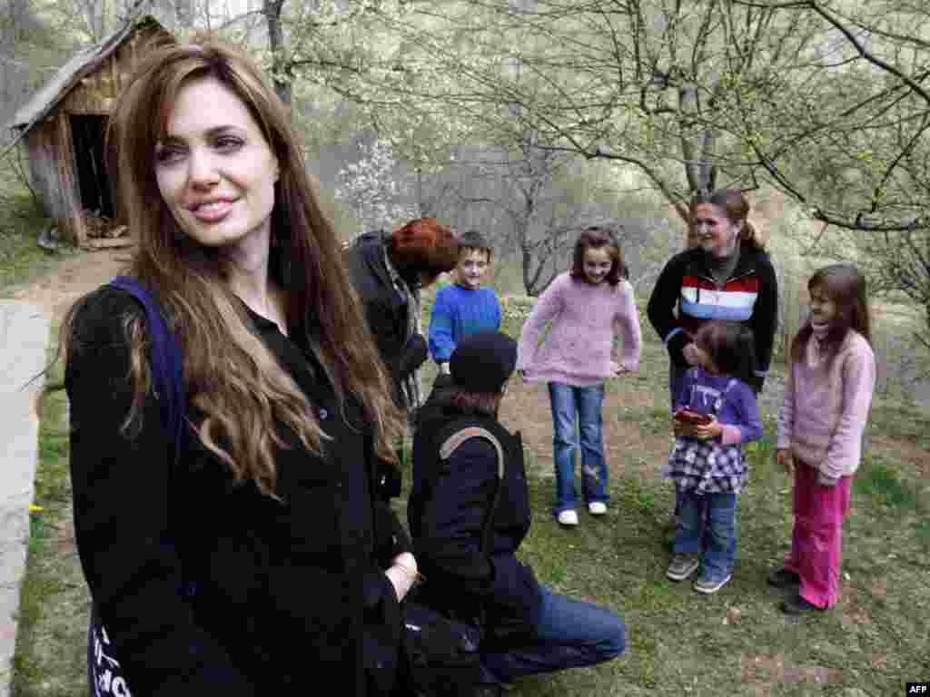 Angelina Jolie sa Sabinom Karman i njenom djecom, izbjeglicama u Medjedji.05.04.2010.