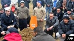 """La ceremonia de înmormîntare în fața Capelei cimitirului """"Vlakovo"""" din Sarajevo, la 8 ianuarie 2014"""