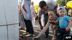 Russia -- People lay flowers near the river port in Kazan, Tatarstan's main city located 800 kms east of Moscow, 11Jul2011