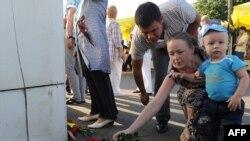 Луѓе оставаат цвеќе за жртвите