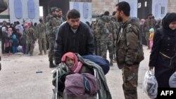 Спасатели сирийских правительственных сил помогают семьям, пострадавшим в различных районах восточного Алеппо.