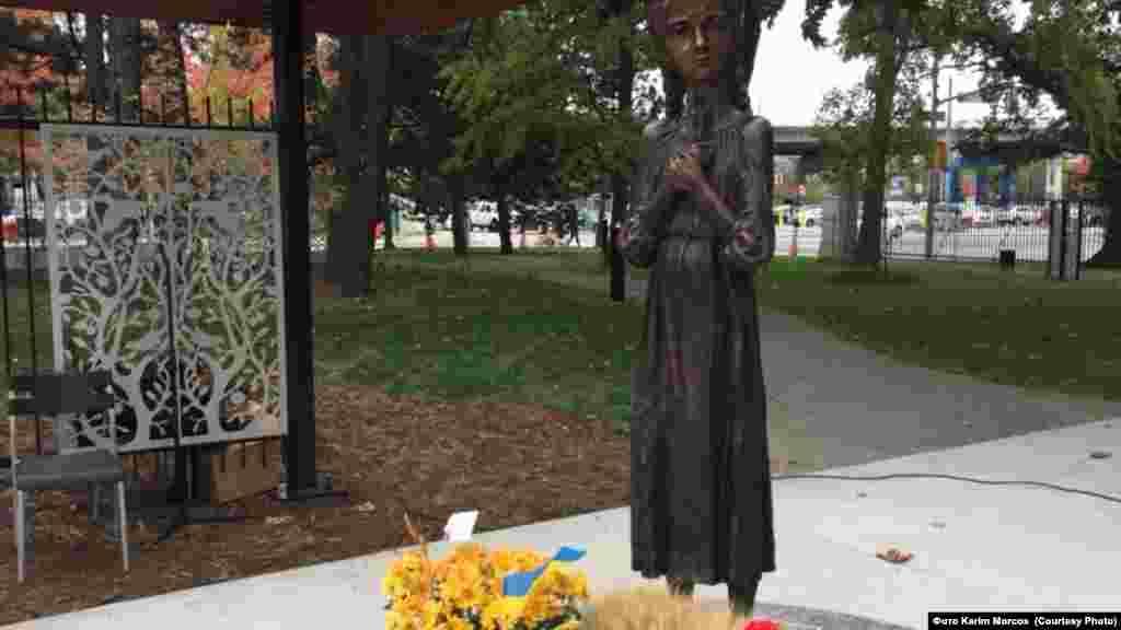 21 жовтня 2018 року меморіал жертвам Голодомору відкрили у Торонтона території Виставкової площі, неподалік від аеропорту та набережної озера Онтаріо. Центральне місце пам'ятника зайняла скульптура українського митця Петра Дроздовського «Гірка пам'ять дитинства», яка пов'язує цей меморіал із іншими подібними пам'ятниками в Україні й інших країнах. У церемонії відкриття взяли участь, зокрема, мер Торонто Джон Торі, міністр закордонних справ Канади Христя Фріланд та перший віце-прем'єр-міністр України Степан Кубів.