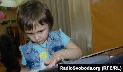 Цікавиться музикою та вчиться грати