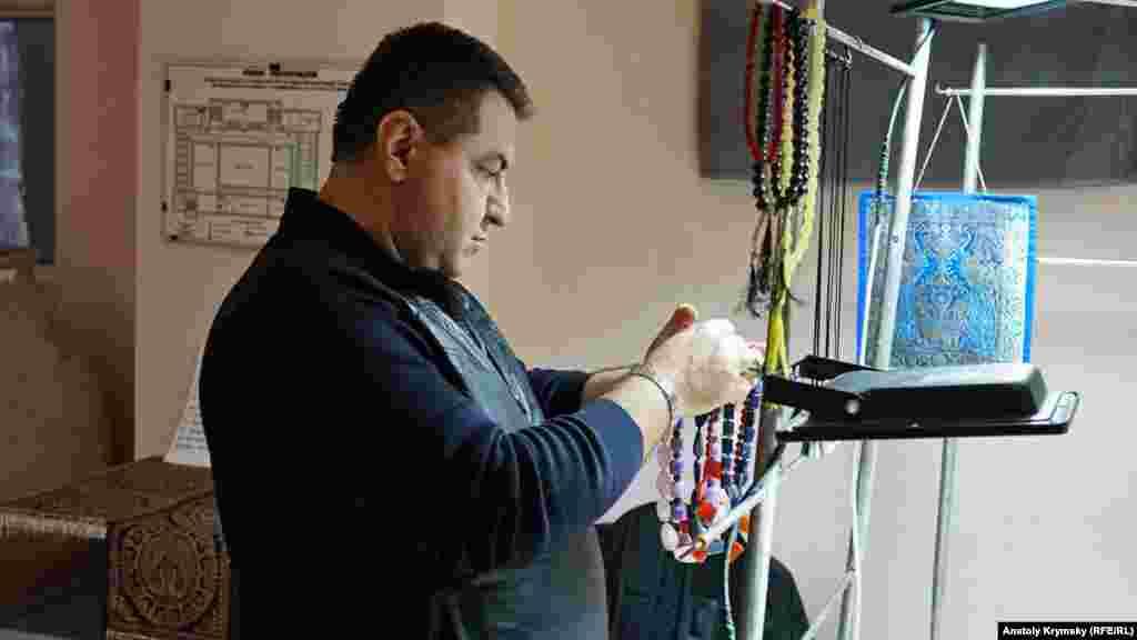 Крымский мастер Оганес Мартиросян обработкой камней занимается больше тридцати лет. «До референдума (незаконного референдума 16 марта 2014 года – КР) спрос на наши изделия был выше, чем сейчас. Люди стали беднее», – говорит мастер