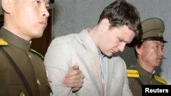 Отто Фредерік Вормбієр (у центрі) після оголошення йому вироку в Північній Кореї, 16 березня 2016 року