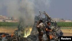 Обломки сбитого российского вертолета в сирийской провинции Идлиб