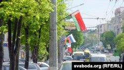 Цэнтральная вуліца Магілёва Першамайская ў сьцягах