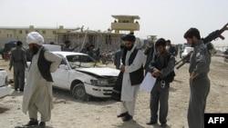 پلیس افغانستان در حال بررسی محل انفجار در لشکرگاه.