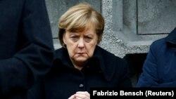 Kancelarja gjermane, Angela Merkel, gjatë inaugurimit të memorialit për 12 viktimat e sulmit të vitit të kaluar.