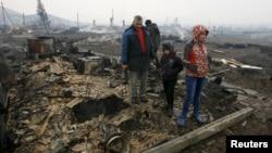 Жители села Шира в Хакасии на месте сгоревшего дома