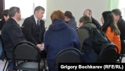 Сенатор от Ростовской области Евгений Бушмин беседует с приехавшими с Украины