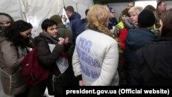 На фото у білій кофті Олена Сорокіна, власниця зоокрамниці в Первомайську на Луганщині, під час обміну затриманими особами між Україною і російськими гібридними силами. КПВВ «Майорське», Донеччина, 29 грудня 2019 року