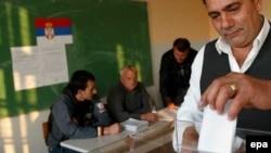 Serbët duke votuar në Graçanicë, 28 tetor 2006.