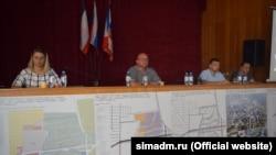Глава подконтрольной России администрации Симферополя Геннадий Бахарев (второй слева) на общественных слушаниях по вопросу строительства микрорайона «Крымская роза». Симферополь, 5 августа 2017 года