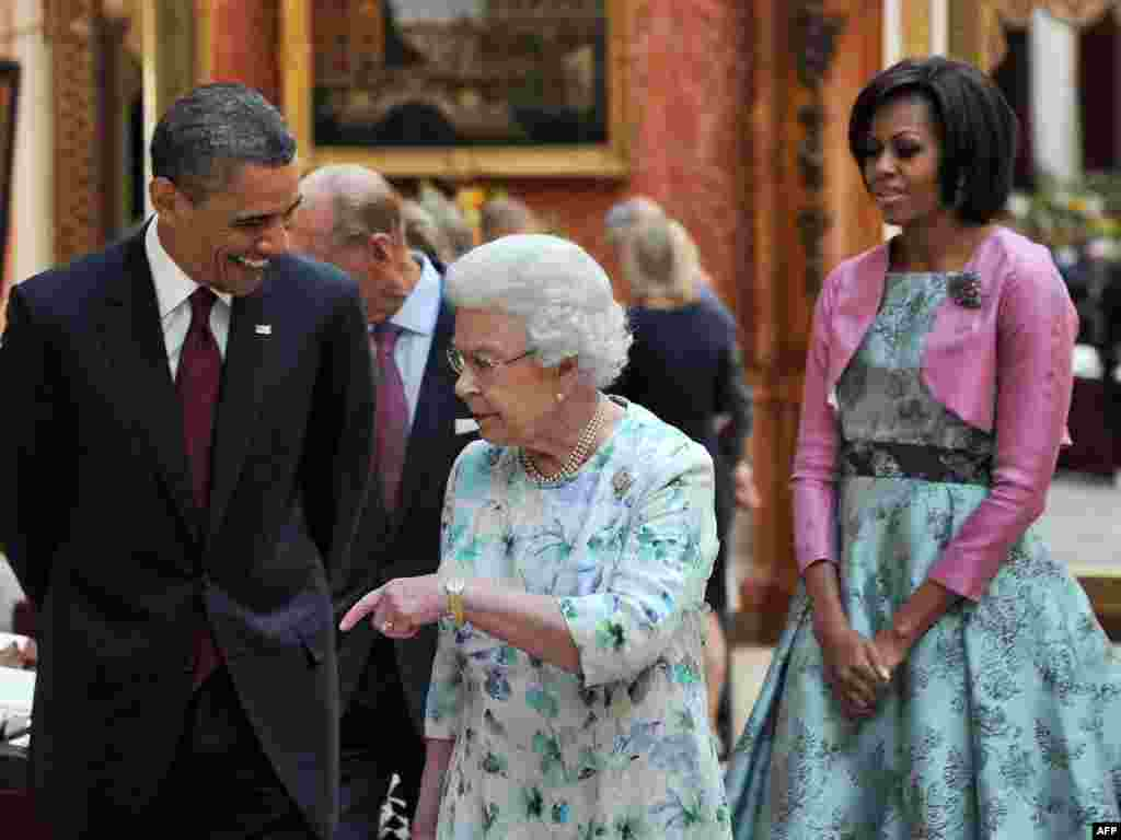 Еще один президент США на ее памяти. Барак и Мишель Обама в портретной галерее Букингемского дворца. 24 мая 2011 года.
