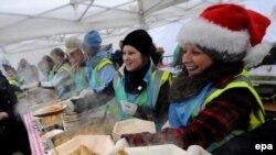 """Бесплатную еду в рождественские дни раздают не только в американских """"продуктовых кладовках"""", но и на лондонской Трафальгарской площади (на фото)."""