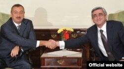 Arxiv fotosu: Azərbaycan və Ermənistan prezidentləri Serzh Sarkisian (sağda) və İlham Əliyev 2009-cu ildə Moldova paytaxtında görüşərkən.