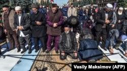 Inguş protestçileri namaz okaýarlar. Magas. 7-nji oktýabr, 2018 ý.